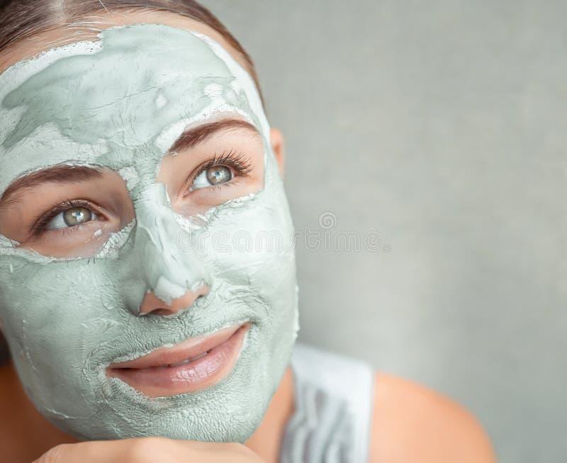 Piękna dziewczyna robiąca maskę twarzy zdjęcie stock