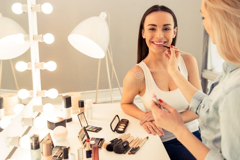 Piękna dziewczyna robi makeup obrazy stock