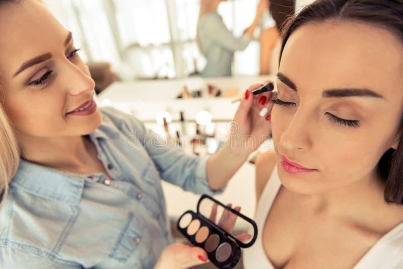 Piękna dziewczyna robi makeup zdjęcia stock