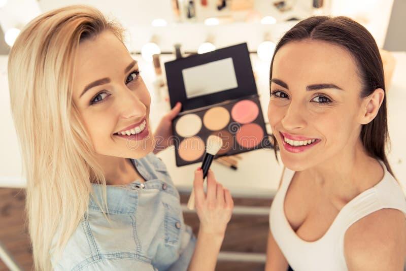 Piękna dziewczyna robi makeup obraz stock