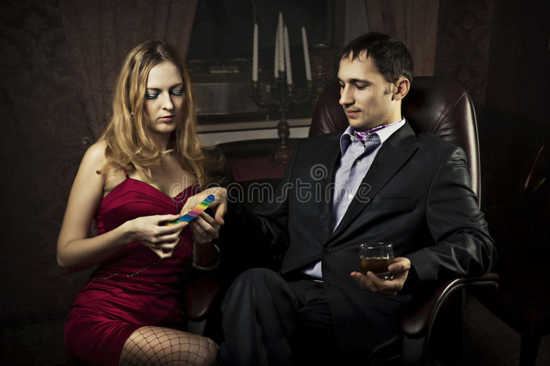 Piękna dziewczyna robi manicure'u bogatego człowieka zdjęcia royalty free