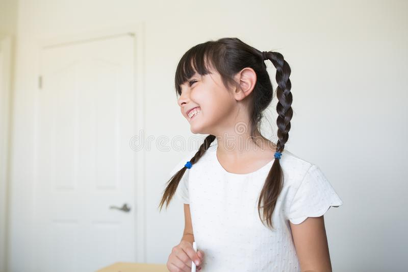 Piękna dziewczyna roześmiana i patrzeje daleko od zdjęcia stock