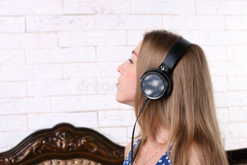 piękna dziewczyna słuchawki młodych zdjęcie royalty free