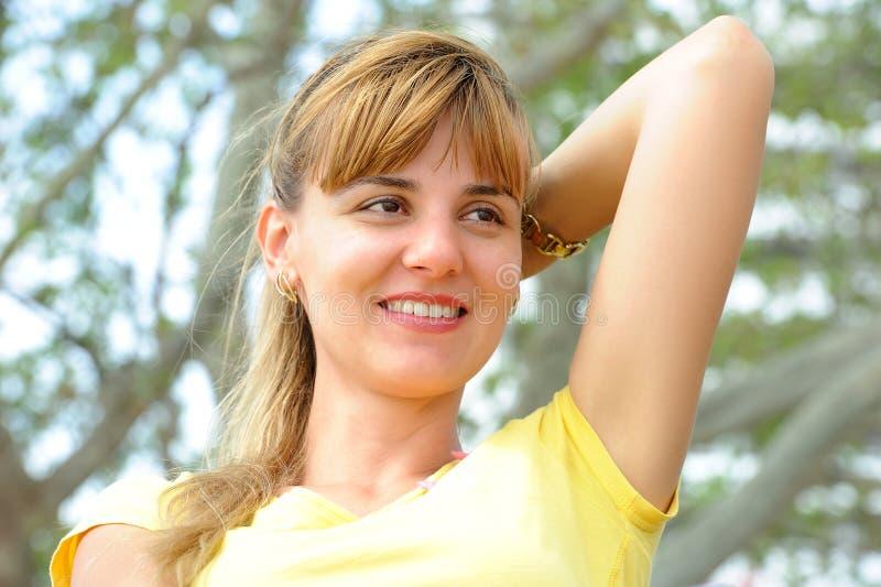 Piękna dziewczyna siedzi na parkowej ławce zdjęcia stock