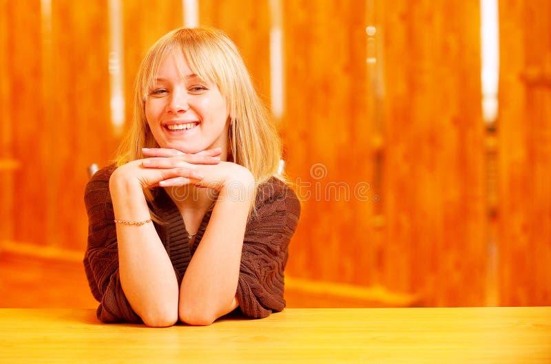 piękna dziewczyna siedzi stół fotografia stock