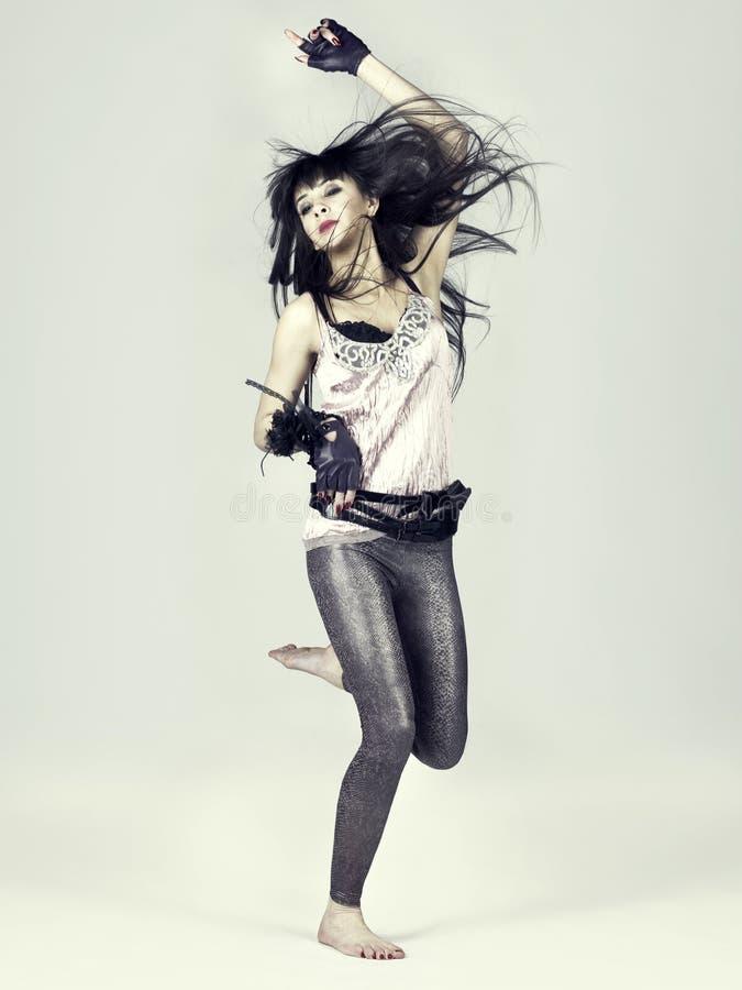 piękna dziewczyna skacze zdjęcia stock