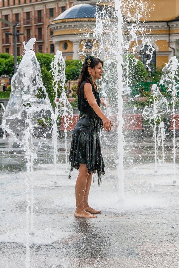 Piękna dziewczyna tanczy w fontannie fotografia stock