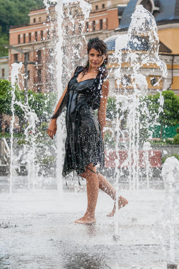 Piękna dziewczyna tanczy w fontannie obrazy stock
