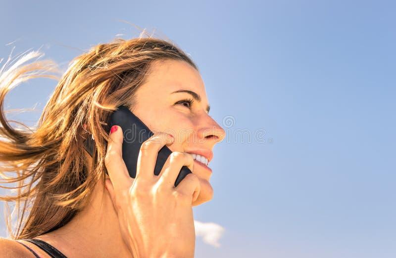 Piękna dziewczyna telefonuje na plaży zdjęcia stock