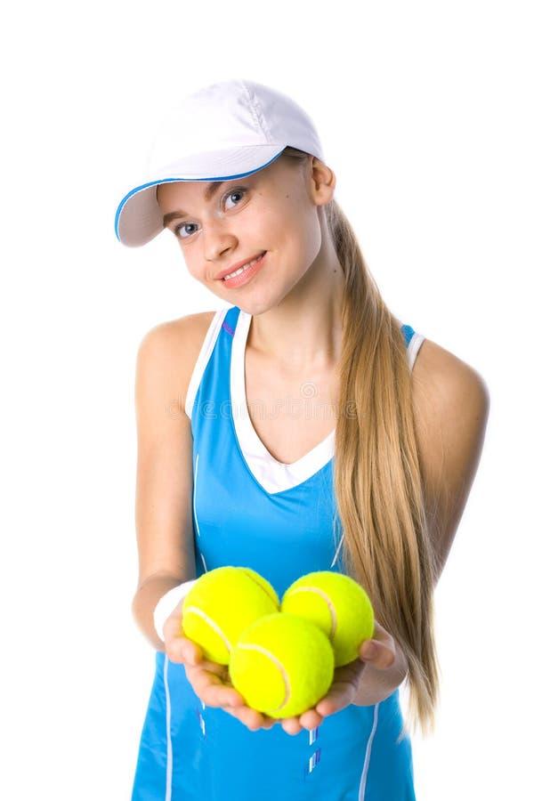 Piękna dziewczyna trzyma tenisową piłkę obrazy stock