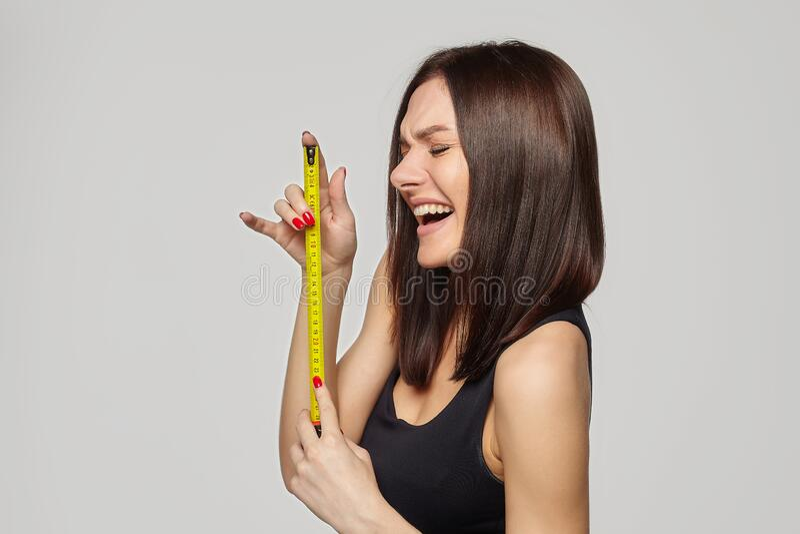 kobieta z penisa w rękach szkolenie dla montażu