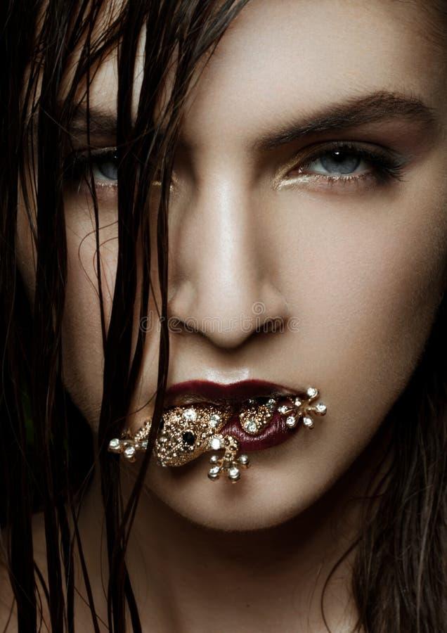 Piękna dziewczyna trzyma złotą diamentową żaby biżuterię fotografia royalty free