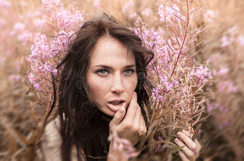 Piękna dziewczyna wśród kwiatów zdjęcia royalty free