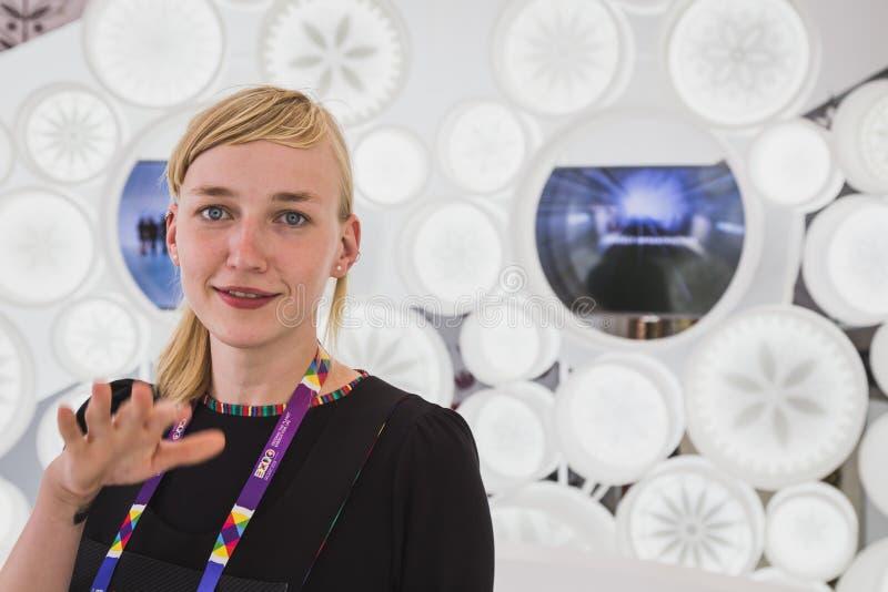 Piękna dziewczyna wśrodku Lithuania pawilonu przy expo 2015 w Mialn, obraz stock