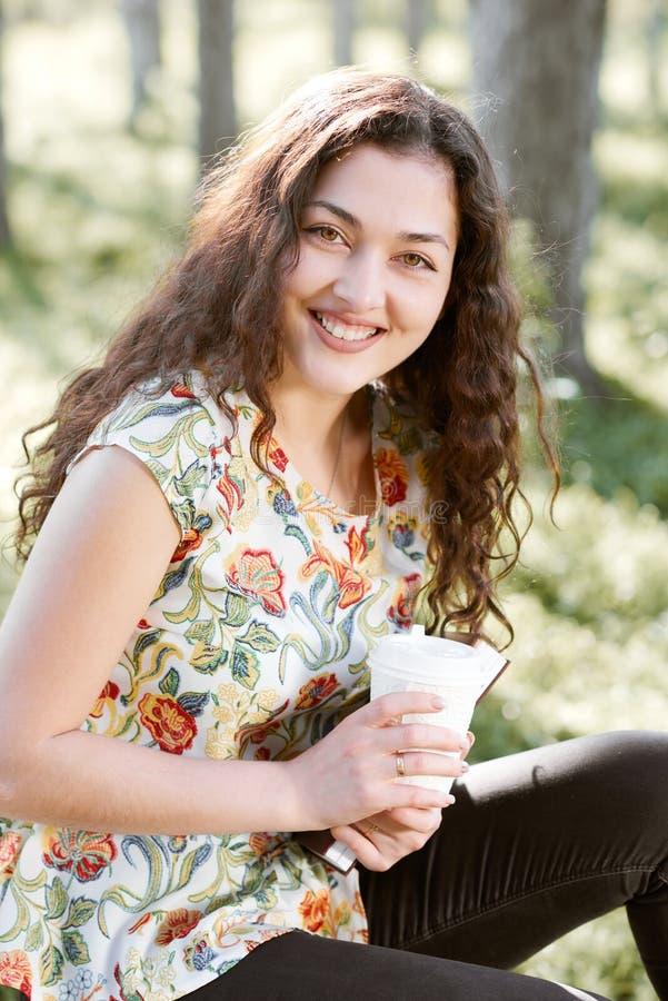 Piękna dziewczyna w świetle słonecznym, zielonej trawie i drzewach lasowym, jaskrawym, wokoło, obrazy stock