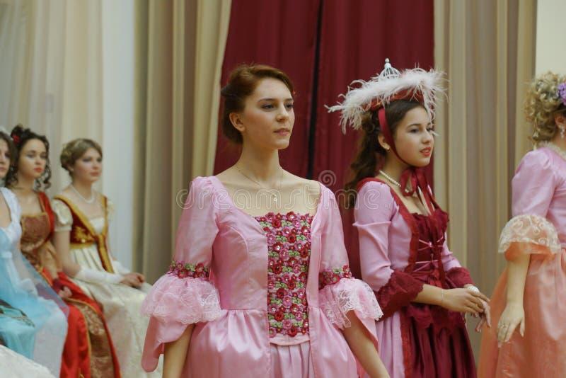 Piękna dziewczyna w antycznej sukni fotografia royalty free