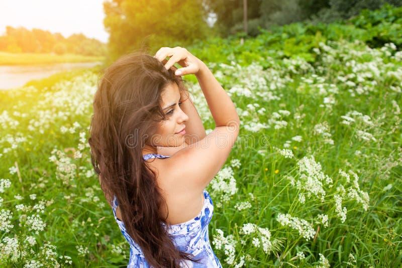 Piękna dziewczyna w błękitnej sukni wśród wildflowers obrazy royalty free