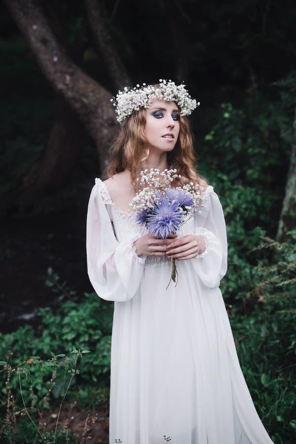 Piękna dziewczyna w ciemnym lesie zdjęcia stock