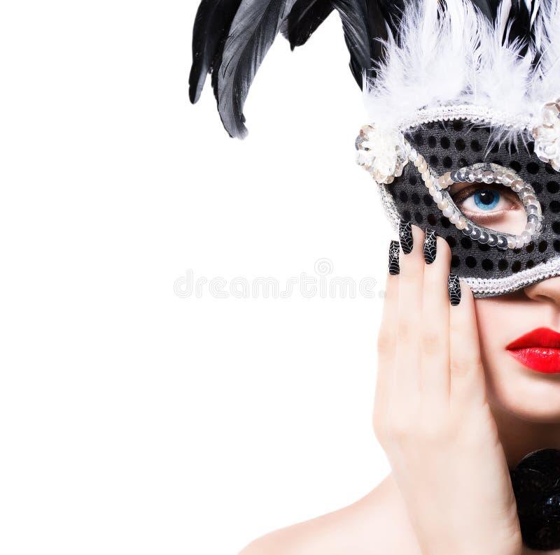 Piękna dziewczyna w czarnej karnawał masce z manicure'em zdjęcie royalty free