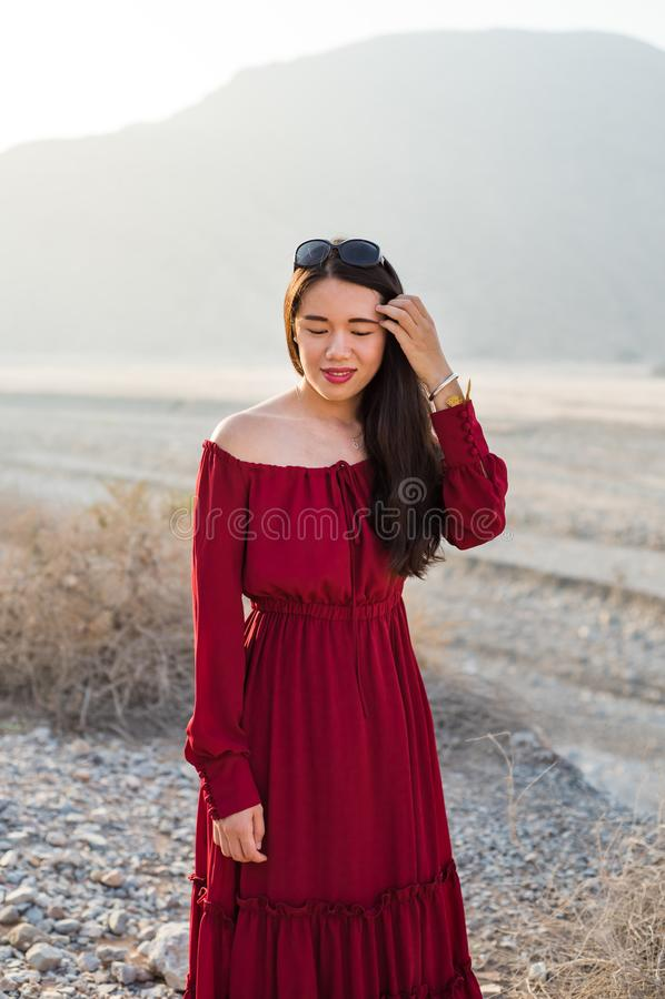 Piękna dziewczyna w deserowym dolinnym portrecie obrazy stock