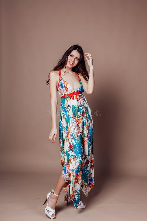 Piękna dziewczyna w kolorowej sukience udająca uśmiech zdjęcie royalty free