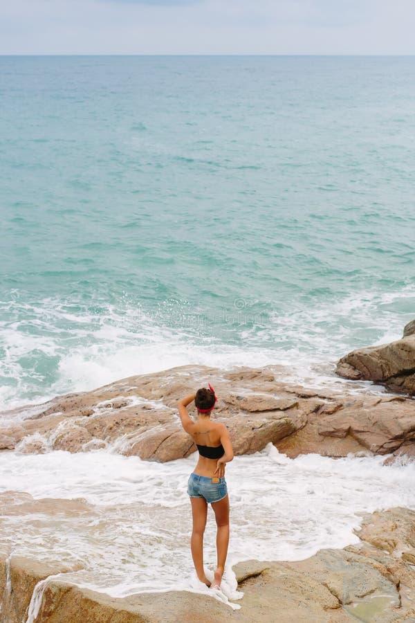 Piękna dziewczyna w krótkich skrótach chodzi na dużych kamieniach obraz royalty free