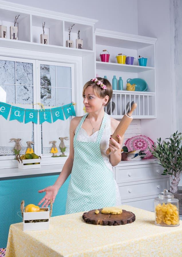 Piękna dziewczyna w kuchni z toczną szpilką fotografia royalty free