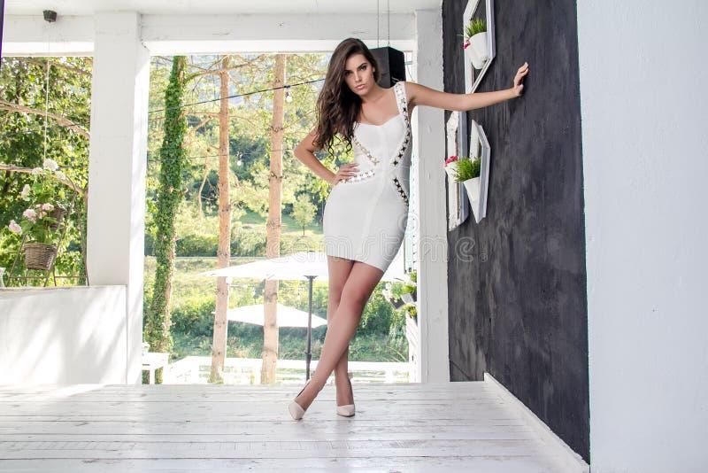 Piękna dziewczyna w lato sukni obraz royalty free
