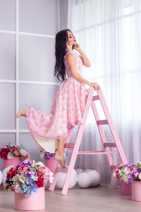 Piękna dziewczyna w mądrze sukni w studiu piękna dekoracji fotografia stock