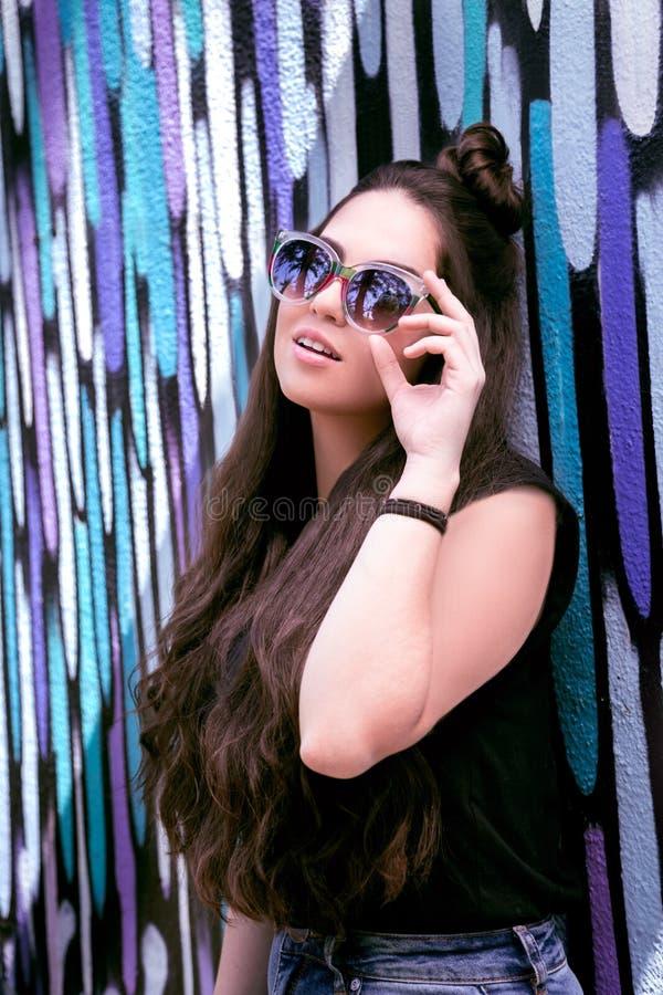 Piękna dziewczyna w mody sytuaci pozuje z okulary przeciwsłonecznych obrazy stock