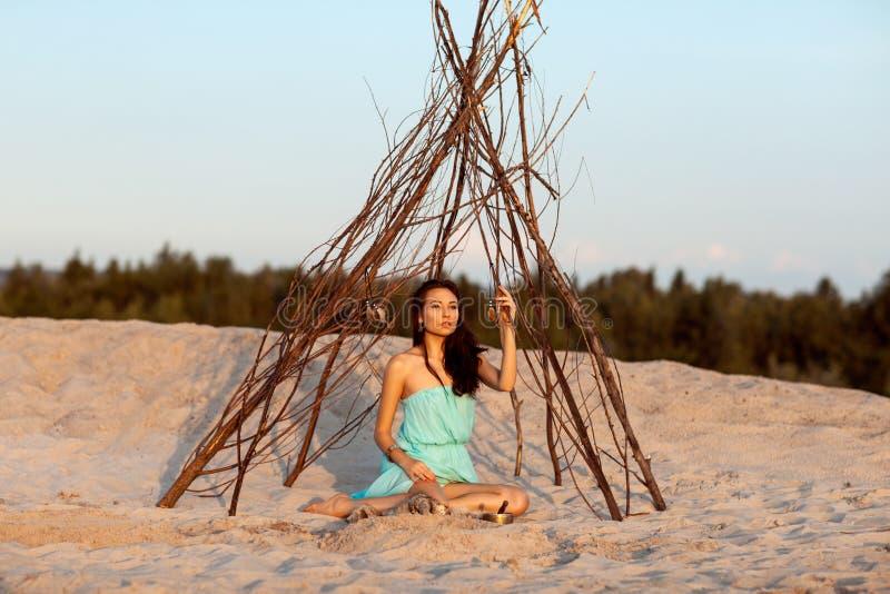 Piękna dziewczyna w namiotowym szamanie obrazy royalty free