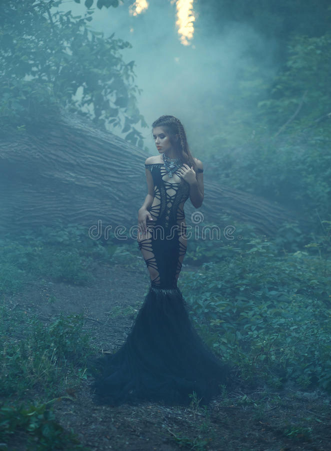 Piękna dziewczyna w niezwykłym czerni, seksowna suknia zdjęcie stock