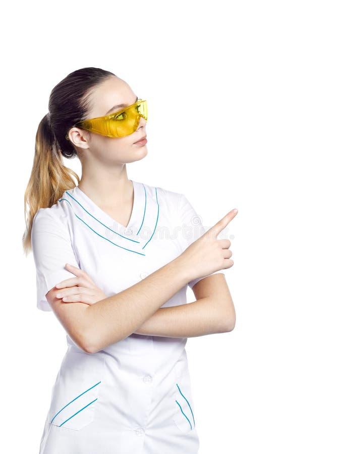 Piękna dziewczyna w ochronnych żółtych szkłach w medycznym kostiumu obrazy royalty free