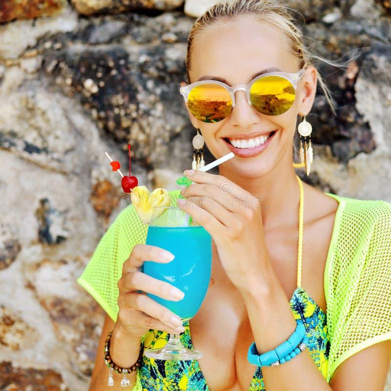 Piękna dziewczyna w okularach przeciwsłonecznych z świeżym koktajlu zakończeniem up zdjęcia stock