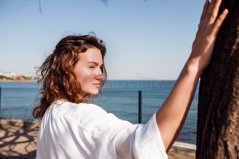 Piękna dziewczyna w parku, kobieta z kędzierzawym włosy Lato stylu życia mody pogodny portret młoda elegancka modniś kobieta, jes fotografia royalty free