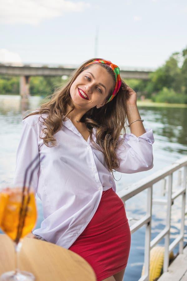 Piękna dziewczyna w plażowym barze i mieć koktajl fotografia royalty free