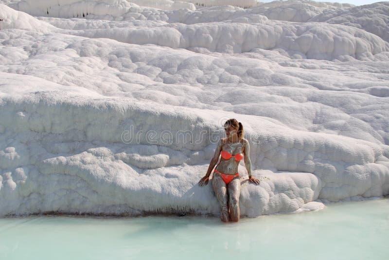 Piękna dziewczyna w pomarańczowym swimsuit stoi blisko bielu kamienia przy Pamukkale Prowincja Denizli w zachodzie Turcja obrazy stock