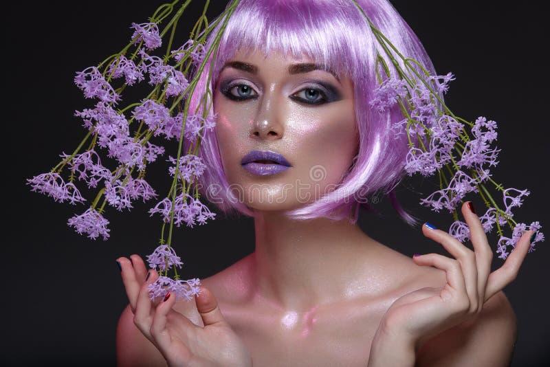 Piękna dziewczyna w purpurowej peruce zdjęcia stock