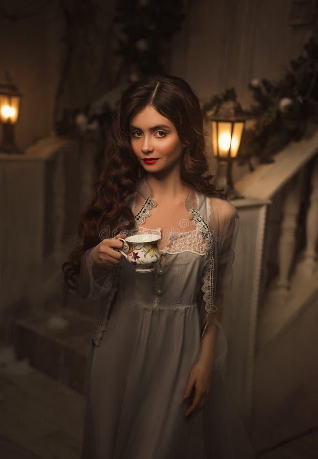 Piękna dziewczyna w rocznik sukni zdjęcie royalty free