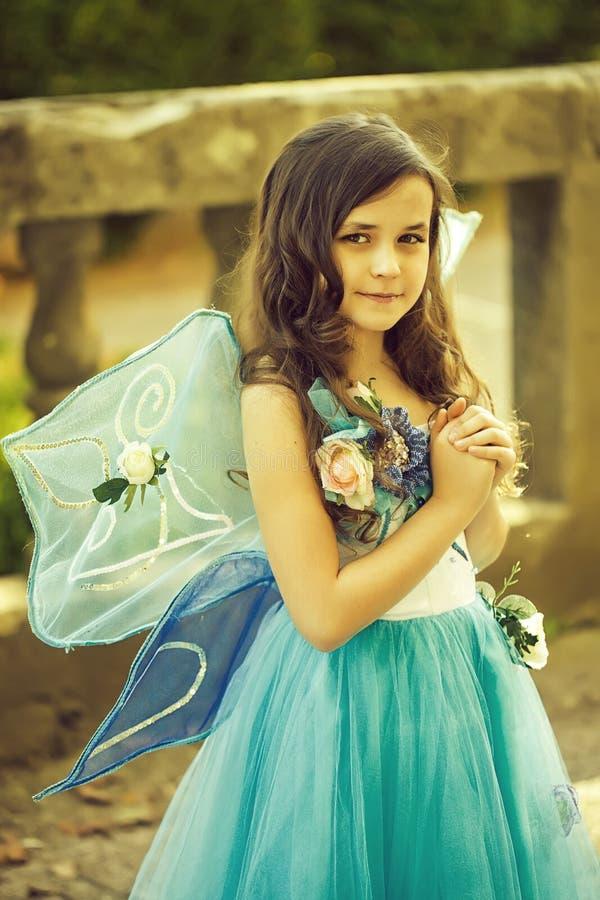 Piękna dziewczyna w sukni z skrzydłami fotografia royalty free