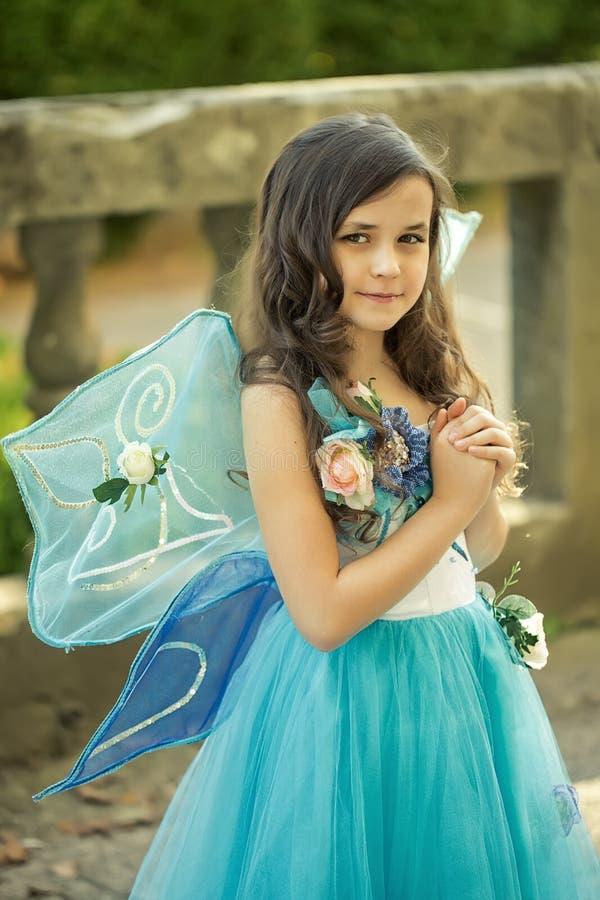 Piękna dziewczyna w sukni z skrzydłami obrazy stock