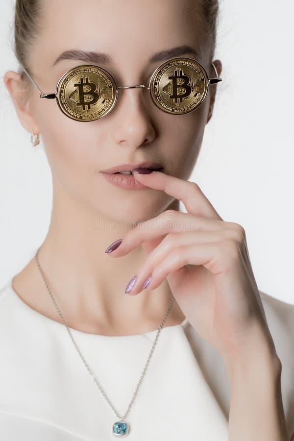 Piękna dziewczyna w szkłach od bitcoin zdjęcia royalty free