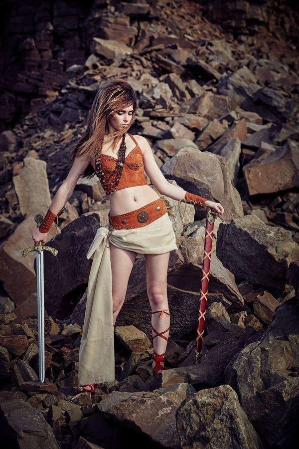 Piękna dziewczyna w ubraniach amazonka lub Viking obraz royalty free