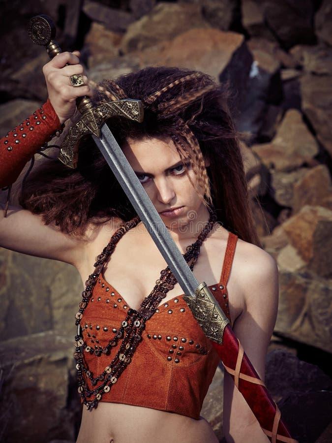 Piękna dziewczyna w ubraniach amazonka lub Viking zdjęcia stock