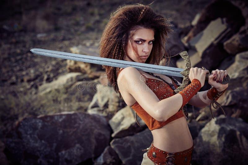 Piękna dziewczyna w ubraniach amazonka lub Viking obrazy stock