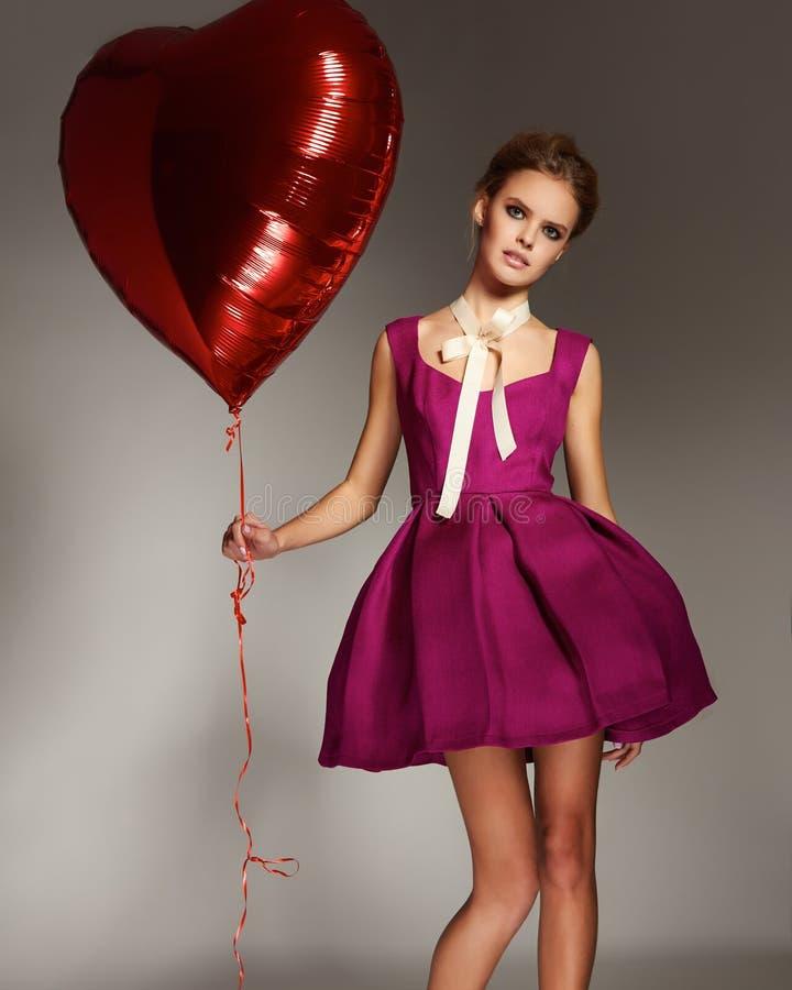 Piękna dziewczyna w wieczór sukni baloon walentynki ` s czerwonym kierowym dniu obraz stock