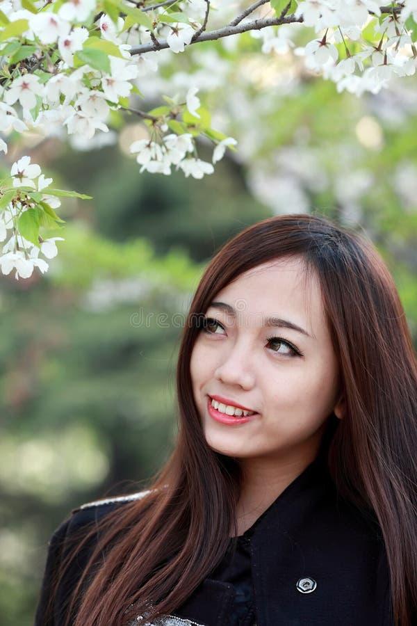 Piękna dziewczyna w wiośnie zdjęcie royalty free