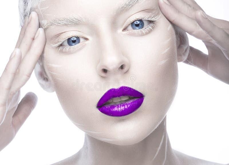 Piękna dziewczyna w wizerunku albinos z purpurowymi wargami i bielem ono przygląda się Sztuki piękna twarz fotografia stock