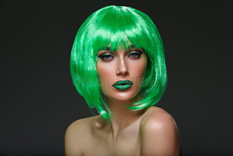 Piękna dziewczyna w zielonej peruce zdjęcie stock