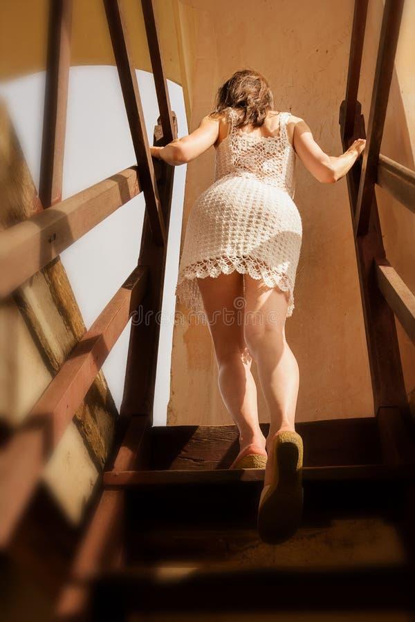 Piękna dziewczyna wspina się schodki Kubański zabytek z loca zdjęcie stock